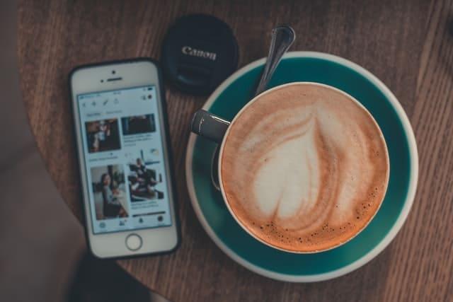 Cum te ajută aplicația AroundMe în călătoriile tale?
