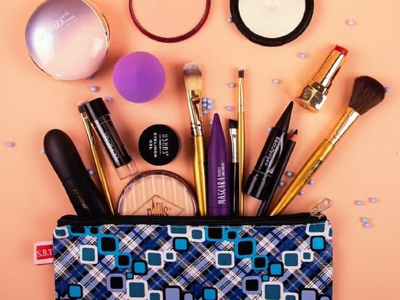 Cum păstrezi produsele de machiaj într-o geantă de cosmetice?