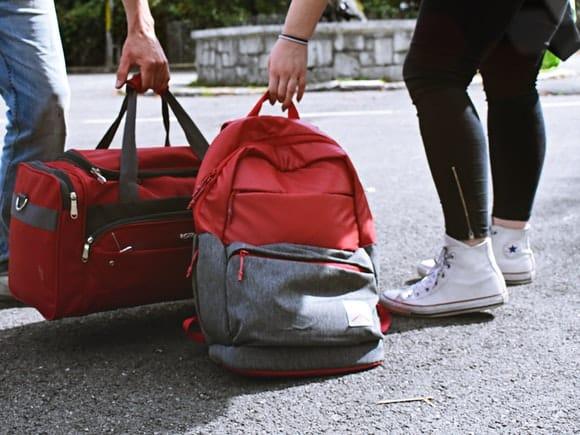 3 accesorii pe care să le incluzi în bagajul de mână, când călătorești cu avionul